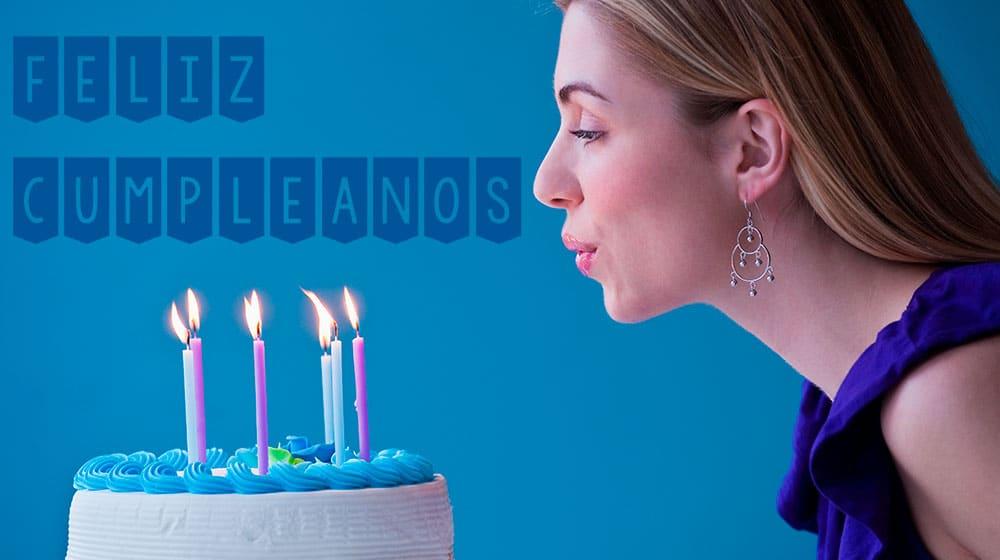 Chica soplando velas de cumpleaños